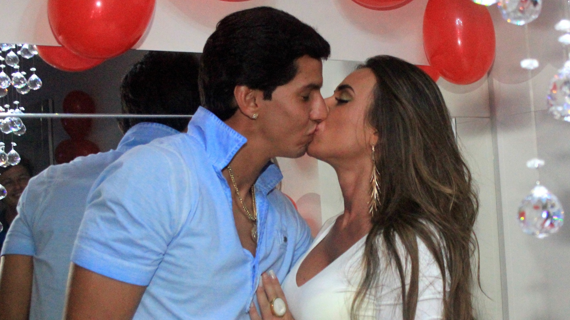 Victor Ramos comemorou seu aniversário de 23 anos ao lado de sua namorada, a modelo Nicole Bahls