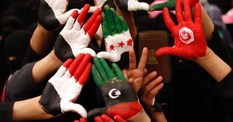8.mai.2012 - Mulheres fazem manifestação em Sanaa, capital do Iêmen. Elas pintaram as mãos com as cores das bandeiras do Iêmen, Egito, Tunísia e Síria e pedem que os parentes do ex-presidente do Iêmen, Ali Abdullah Saleh, sejam dispensados de postos no Exército e na polícia