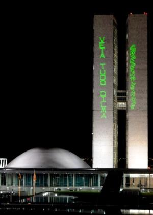Ativistas do Greenpeace projetam palavras de ordem contra o novo Código Florestal na fachada do Congresso - Pedro Ladeira/Frame/AE
