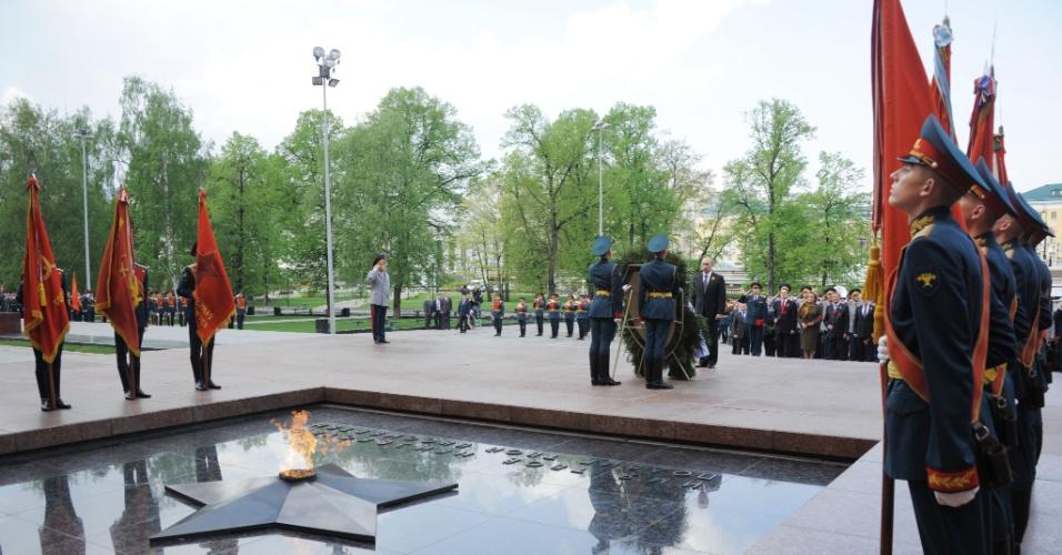 8.mai.2012 - O presidente russo, Vladimir Putin, assiste uma cerimônia em homangem aos veteranos da 2ª Guerra Mundial no Túmulo do Soldado Desconhecido, em Moscou, capital da Rússia.