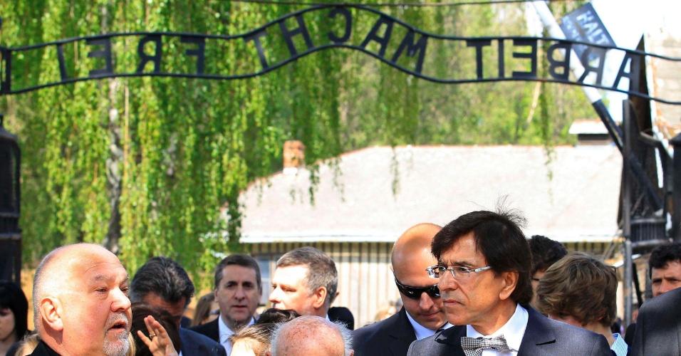 8.mai.2012 - O primeiro ministro belga Elio Di Rupo chega ao campo de Auschwitz para cerimônia em homenagem ao fim da 2ª Guerra Mundial