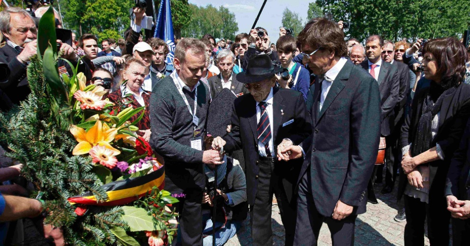 8.mai.2012 - O primeiro ministro belga Elio Di rupo (dir.) e Paul Van Halter, um sobrevivente belga dos campos Nazistas de Auschwitz, colocam flores durante cerimônia na Polônia