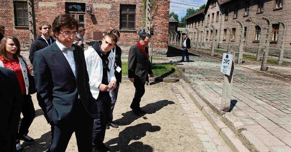 8.mai.2012 - O primeiro ministro belga Elio Di Rupo visita o campo Nazista de Auschwitz, em cerimônia que homenageia o fim da 2ª Guerra Mundial