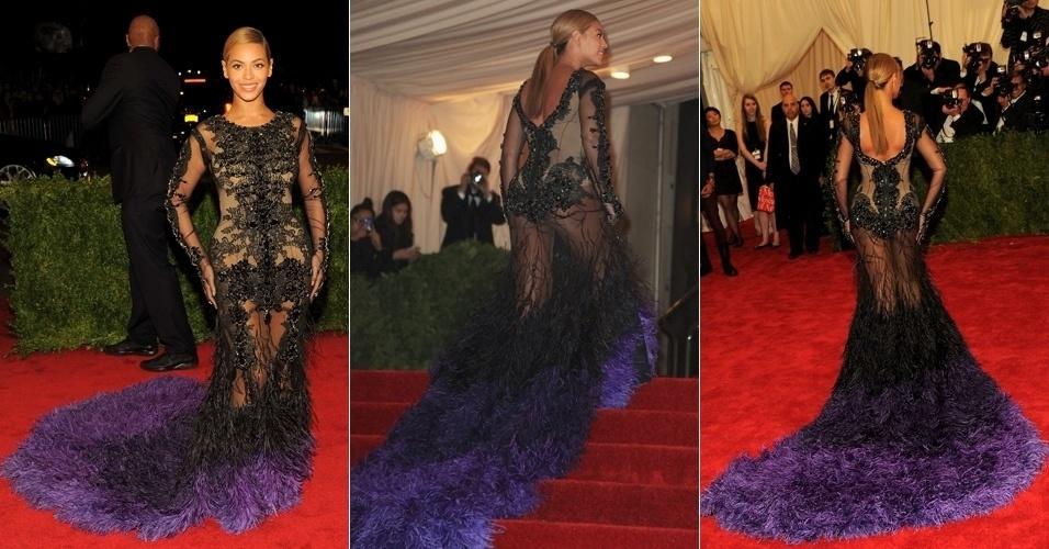 A cantora Beyoncé usou um vestido transparente no baile do MET, evento de moda em Nova York, e deixou uma parte do bumbum à mostra (8/5/12)