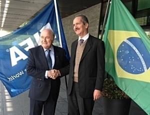 Blatter cumprimenta Rebelo com bandeiras da Fifa e do Brasil