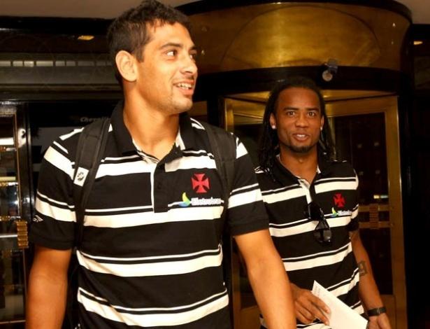 Diego Souza e Carlos Alberto deixam hotel do Vasco em Buenos Aires (07/05/2012)
