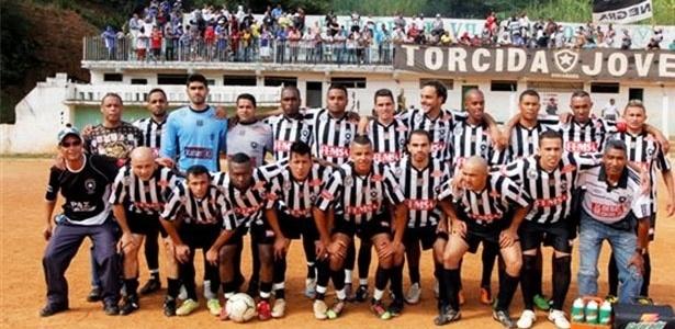 Equipe do Botafogo se alinha para foto no Campo do Flor de Vila Formosa
