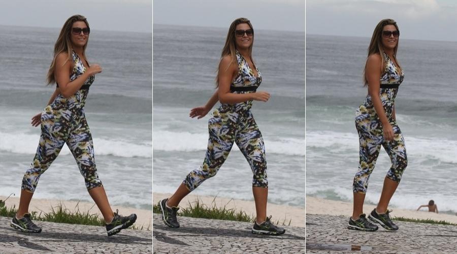 Ex-BBB Monique caminha pela orla da praia na zona oeste do Rio (8/5/12)