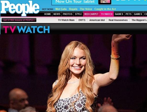 Lindsay Lohan acena durante sua participação no seriado