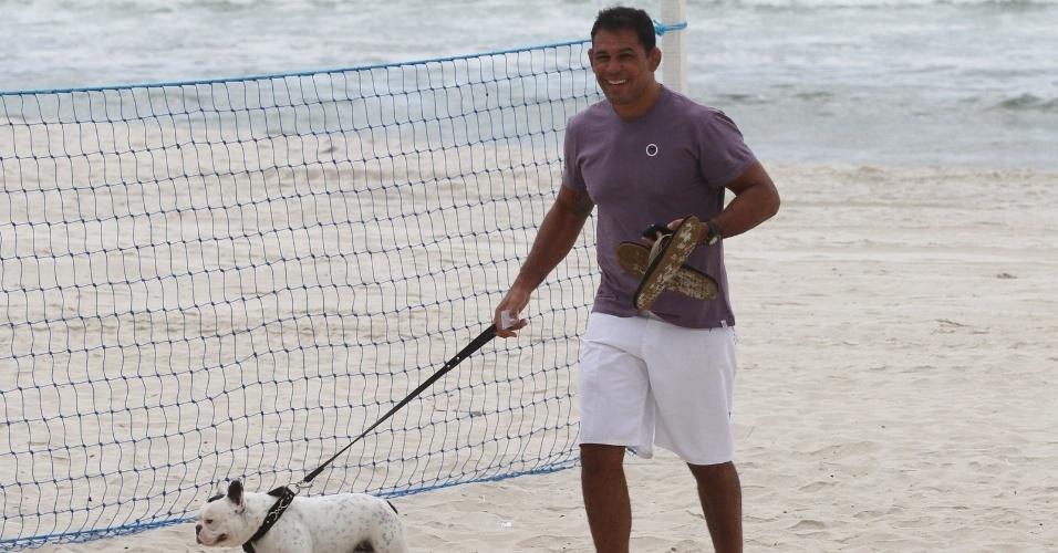 Minotauro passeia com seu cachorro de estimação pela praia da Barra da Tijuca, zona oeste do Rio (8/5/12)