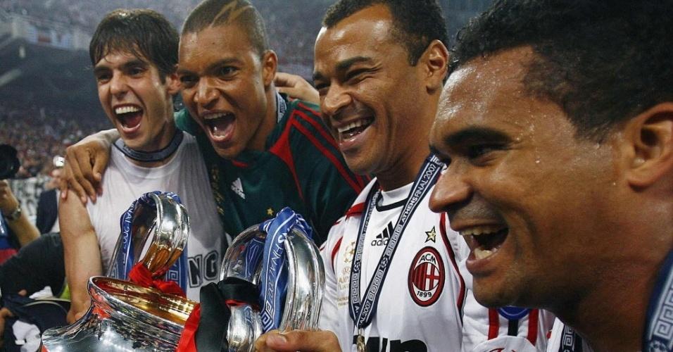Quarteto brasileiro do Milan formado por Kaká, Dida, Cafú e Serginho comemora o título da Liga dos Campeões da Europa de 2007
