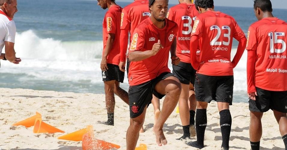 Ronaldinho Gaúcho participa de treino físico do Flamengo na Praia do Recreio