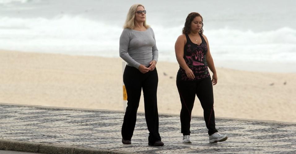 Vera Fischer caminha pela orla da praia do Leblon, zona sul do Rio (8/5/12)