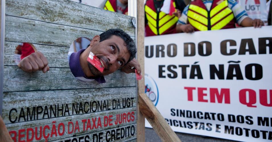09.mai.2012 - Centrais sindicais promovem protesto contra juros do cartão de crédito na av. Faria Lima, em São Paulo