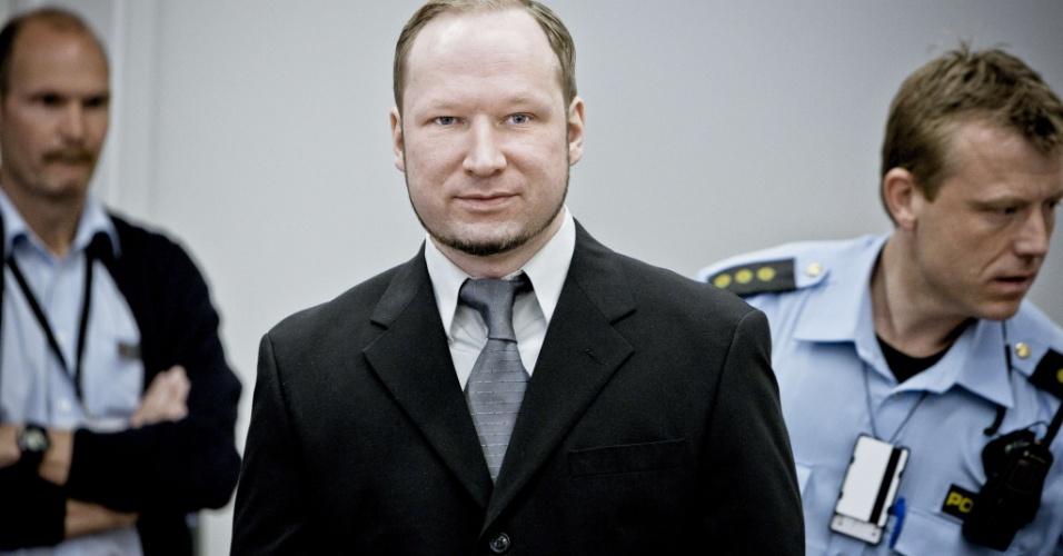 09.mai.2012 - O atirador do massacre de julho da Noruega, Anders Breivik, 33, chega à corte de Oslo para seu julgamento, que começou no dia 16 de abril. O julgamento tem focado, até agora, no testemunho do ultra-direitista e de sobreviventes