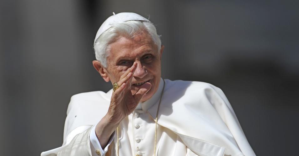 09.mai.2012 - O papa Bento 16 acena para os fiéis ao chegar na praça São Pedro, no Vaticano, para a audiência semanal