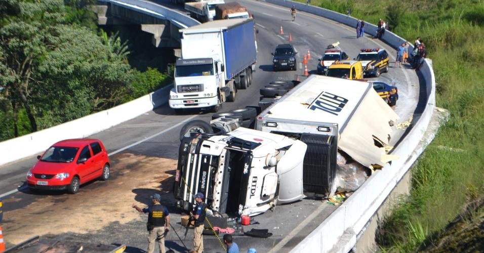 09.mai.2012 - Um caminhão frigorífico tombou no Km 79 da rodovia Fernão Dias, altura de Mairiporã, na Grande São Paulo. Policiais rodoviários vigiavam o local do acidnete, que foi na pista sentido Minas Gerais, para evitar saques