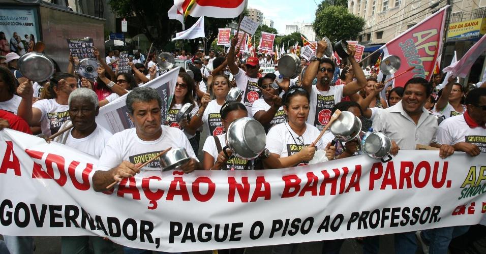 9.mai.2012 - Sindicato dos Professores promoveu uma caminhada do Campo Grande até a praça Castro Alves, em Salvador, Bahia, em favor da educação