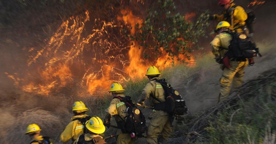9.mai.2012 - Bombeiros combatem incêndio florestal de grandes proporções em Acton, na Califórnia (EUA)