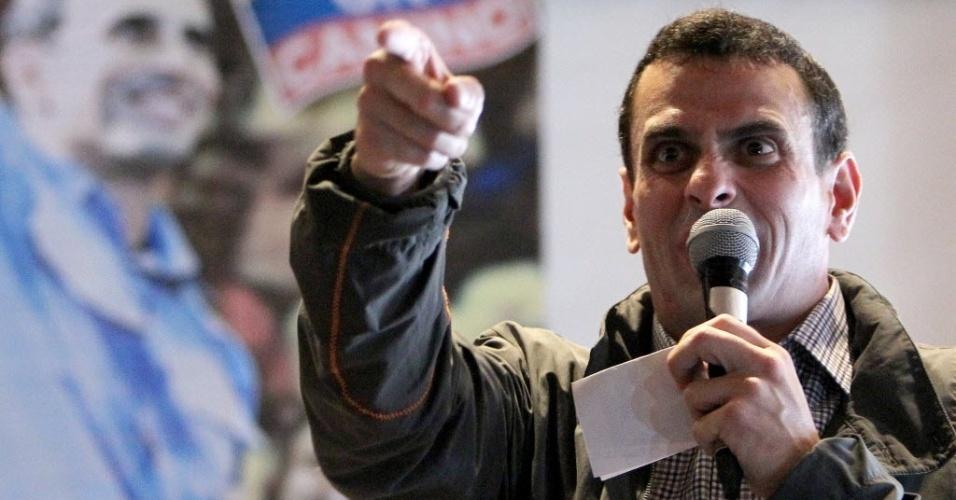 9.mai.2012 - Candidato da oposição para à presidência da Venezuela, Henrique Capriles, participou de um comício em Bogotá (Colômbia)