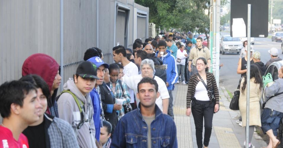 9.mai.2012 - Cerca de 400 pessoas formaram fila em frente ao Tribunal Regional Eleitoral de Porto Alegre (RS), no último dia para a regularização do título e ficar apto a votar nas eleições de outubro