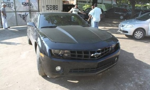 9.mai.2012 - Chevrolet Camaro 2010, estimado em R$ 150 mil, foi apreendido pelo Detran do Rio de Janeiro sem a placa dianteira