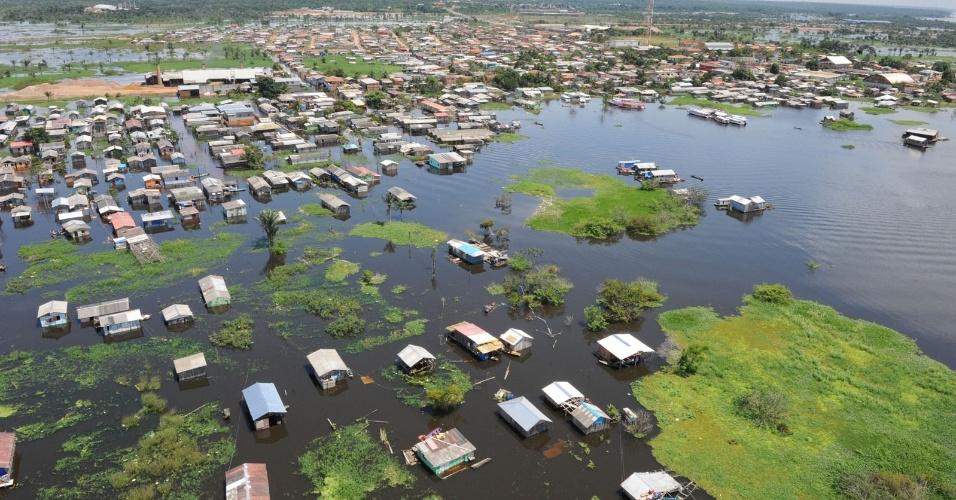 9.mai.2012 - Com as cheias dos principais rios do Amazonas, o distrito do Cacau Pirera, região metropolitana de Manaus, fica completamente submerso de água