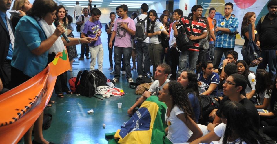 9.mai.2012 - Deputada Fátima Bezerra (PT- RN) fala com estudantes de vários Estados do Brasil que promovem na Câmara dos Deputados, em Brasília, um ato em defesa da aprovação imediata do Plano Nacional de Educação (PNE)