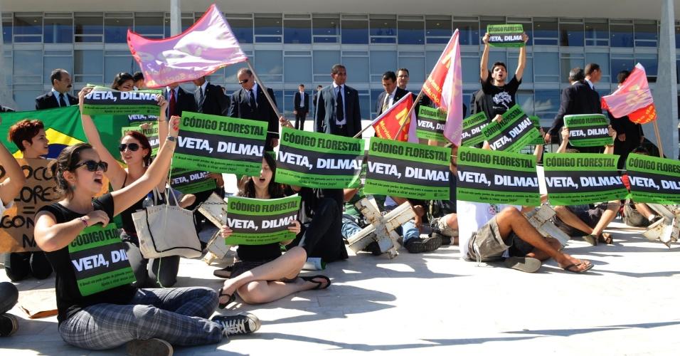 9.mai.2012 - Estudantes pedem veto da presidente Dilma Rousseff ao Código Florestal durante manifestação realizada em frente ao Palácio do Planalto, em Brasília