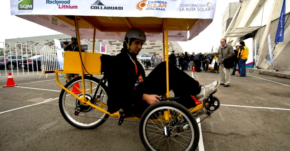 9.mai.2012 - Homem dirige um veículo solar durante a apresentação dos carros de corrida do Campeonato Atacama Solar