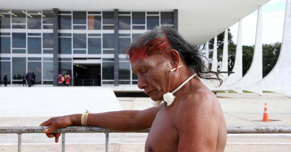 9.mai.2012 - Índios Xavantes reivindicam acordo por terras em frente à sede do Supremo Tribunal Federal (STF), em Brasília