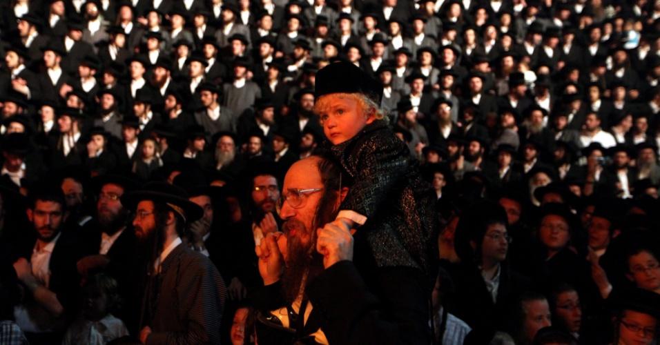 9.mai.2012 - Judeus ultraortodoxos se reúnem durante comemoração do festival Lag Ba?omer, em Jerusalém, Israel
