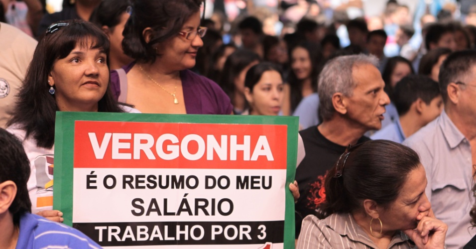 9.mai.2012 - Mais de mil trabalhadores da educação participaram de um protesto na Assembleia Legislativa de Mato Grosso do Sul, em Campo Grande, em apoio à aprovação do Projeto de Lei de reajuste salarial dos administrativos da educação