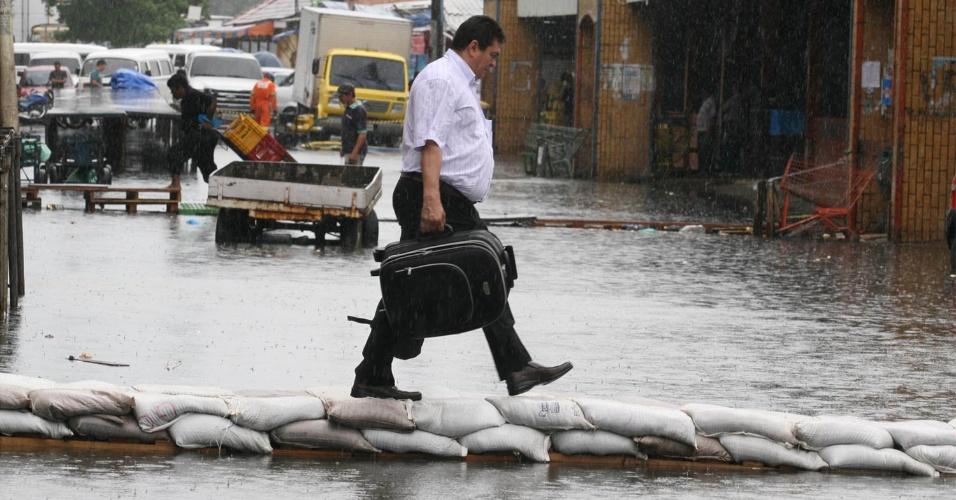 9.mai.2012 - Manaus ficou alagada na tarde de ontem (8) devido às constantes chuvas que atingem a capital amazonense
