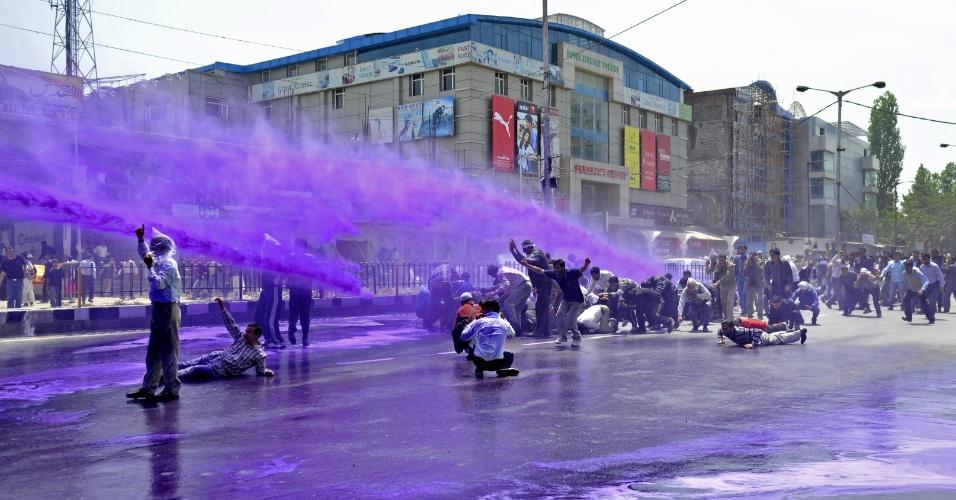 9.mai.2012 - Manifestantes são atingidos por água roxa colorida por policiais indianos para dispersar protesto em Srinagar, na Caxemira