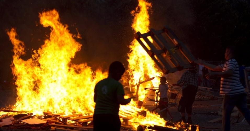 9.mai.2012 - Menino israelense brinca em frente a fogo durante festival que comorara a morte do grande estudioso e de um dos sábio mais importantes da história judaica Bar Yochai