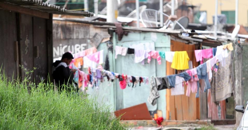 9.mai.2012 - Moradores de áreas de risco no Jardim Santo André, em Santo André, no ABC Paulista, se preparam para desocupação