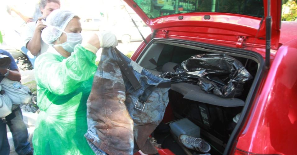 9.mai.2012 - Polícia Civil do Rio de Janeiro faz perícia no carro do policial militar Saulo Barbosa, do 7 BPM (Alcântara), e descobre roupas com mancha de sangue, além de um porrete