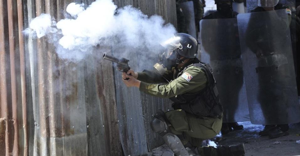 9.mai.2012 - Polícia joga granadas de gás lacrimogêneo contra manifestantes durante protesto em La Paz, na Bolívia