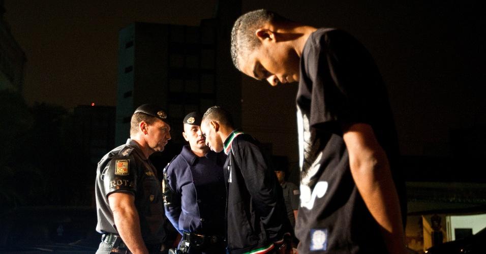 9.mai.2012 - Policiais da Rota (Ronda Ostensiva Tobias Aguiar) interrogam suspeitos de participar de sequestro relâmpago em Alto de Pinheiros, na zona oeste de São Paulo