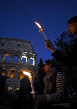 Visitantes do lado de fora do Coliseu, um dos monumentos mais importantes de Roma - Filippo Monteforte/AFP