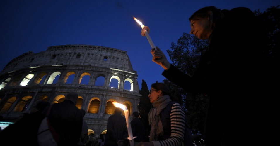 9.mai.2012 - Religiosos homenageiam os fiéis cristãos mortos em latelly, na Nigéria, durante processão realizada ao lado do antigo Coliseu, em Roma