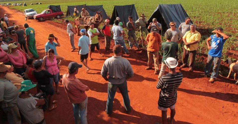9.mai.2012 - Sem-Terra ocuparam um terreno em Pradópolis, no interior de São Paulo