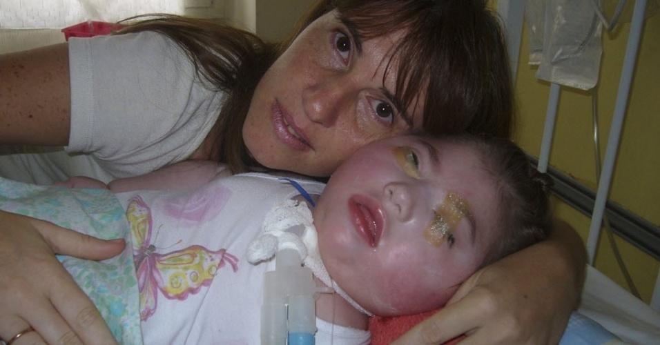 9.mai.2012 - Silvia Herbon acompanha a filha Camila, que está em coma desde que ela nasceu há três anos e não tem atividade cerebral ou outros sinais vitais, em Buenos Aires