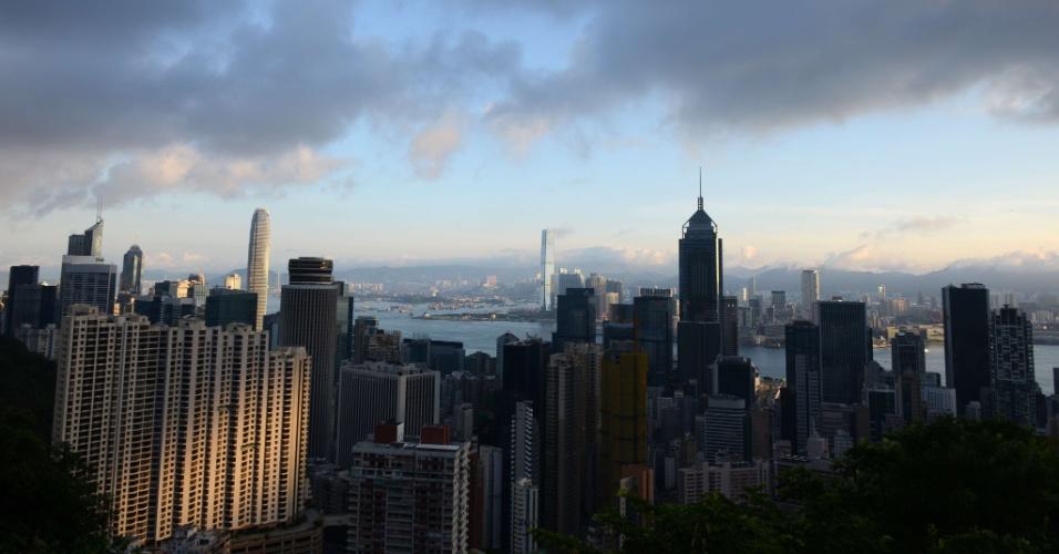 9.mai.2012 - Sol é refletido em prédio residencial no início da manhã em Hong Kong, na China