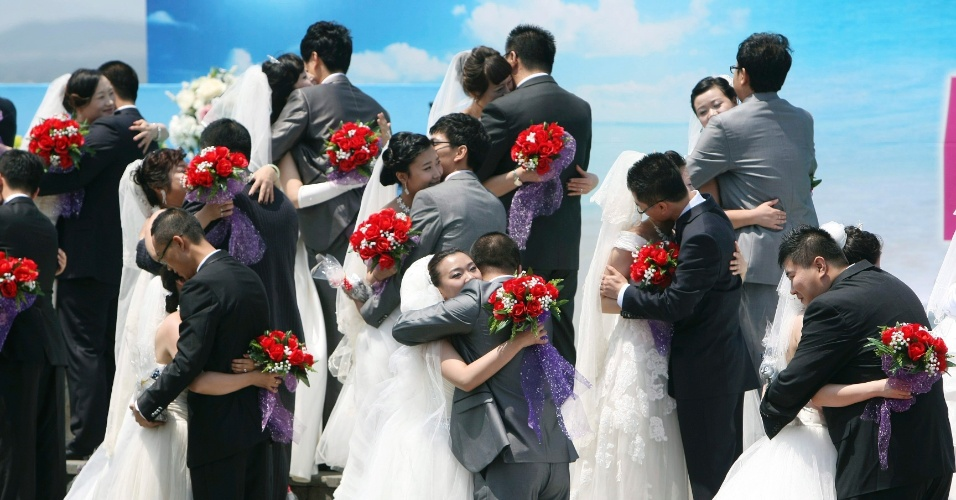 9.mai.2012 - Trinta e quarto casais participam de cerimônia coletiva de casamento no Parque Seongsan, na ilha sul-coreana de Jeju