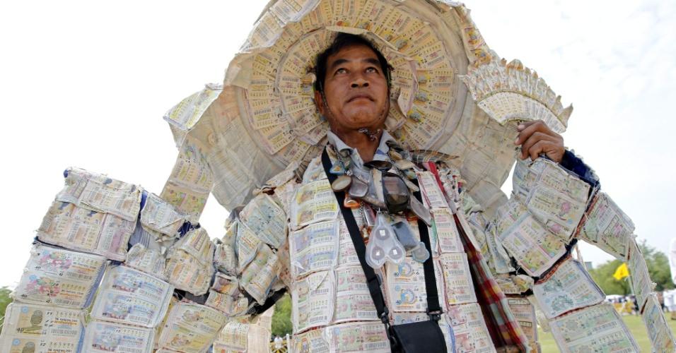 9.mai.2012 - Uthai Buaban, 54, veste roupa feita com os milhares de bilhetes de loteria que comprou ao longo da vida, gastando cerca de 25 mil euros (R$ 63 mil) no total