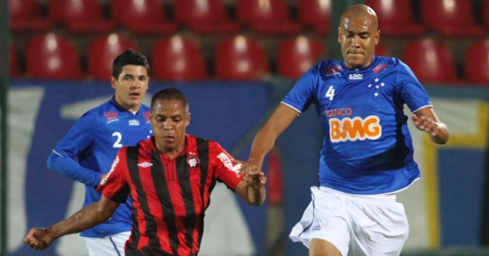 Alex Silva, zagueiro do Cruzeiro, antecipa o jogador do Atlético-PR