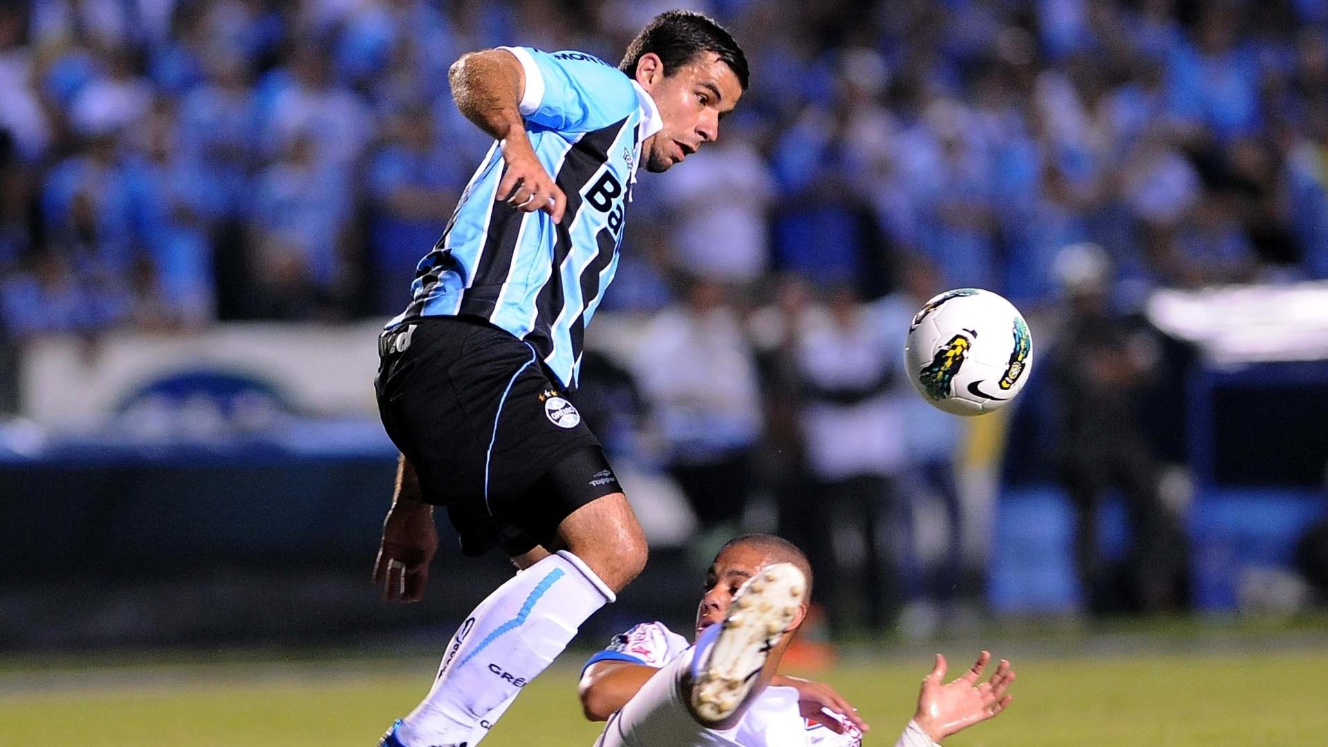 Atacante André Lima tenta controlar a bola durante jogo contra o Fortaleza