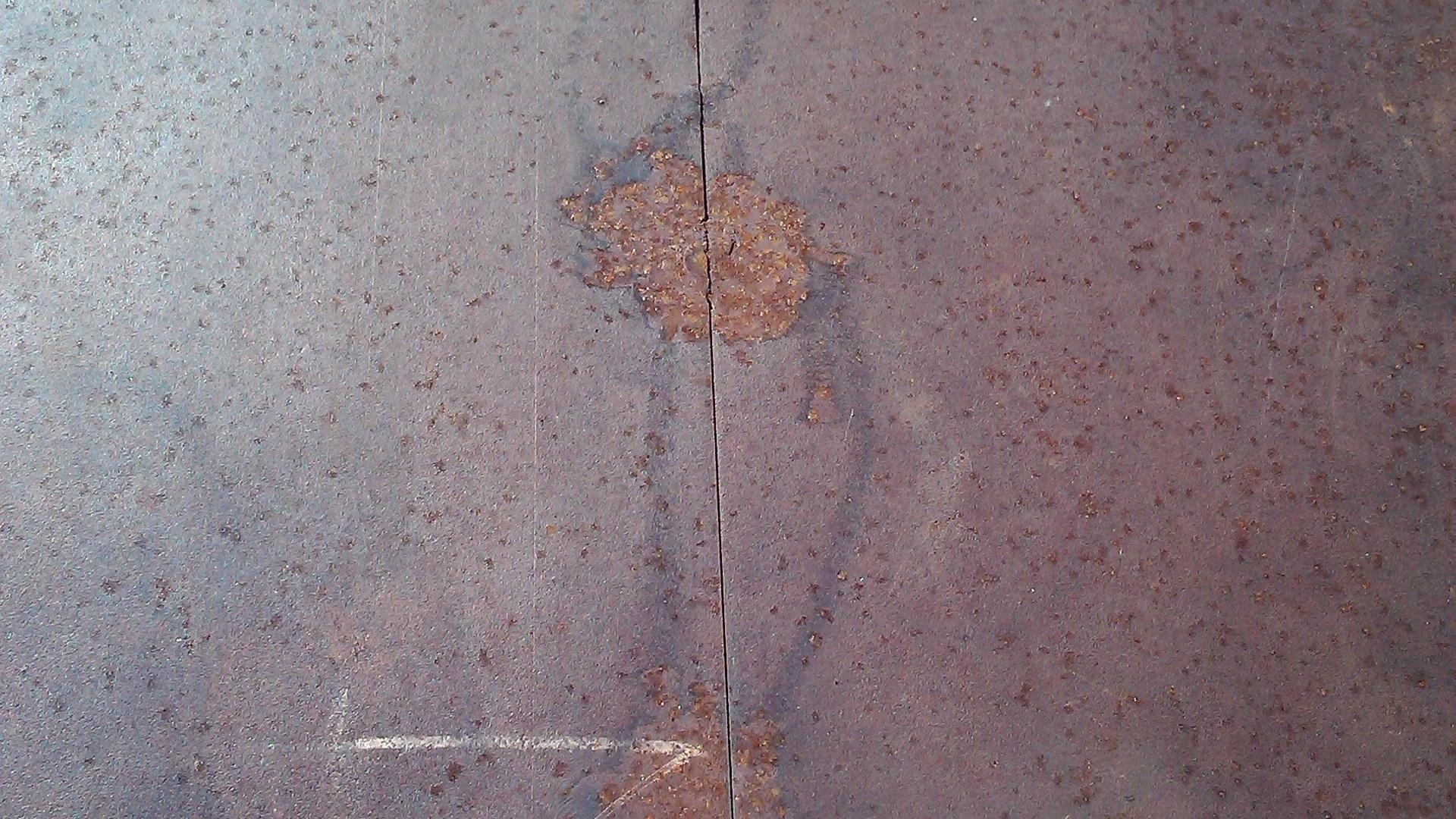 Detalhe da base do monumento erguido a Maurren Maggi em São Carlos, que está enferrujado